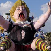 Und auch Angela Merkel war in heißem Outfit und schwarz-rot-goldenen Strümpfen nicht ganz staatsmännisch unterwegs.