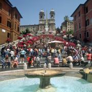 So sah es früher noch aus: Scharenweise saßen Römer und Touristen auf den Stufen der Spanischen Treppe im Herzen der römischen Altstadt. Heute ist das verboten.