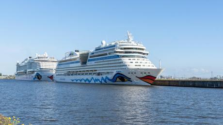 Kreuzfahrtschiffe AIDAblu und AIDAperla liegen am Hamburg Cruise Center Steinwerder im Hamburger Hafen.
