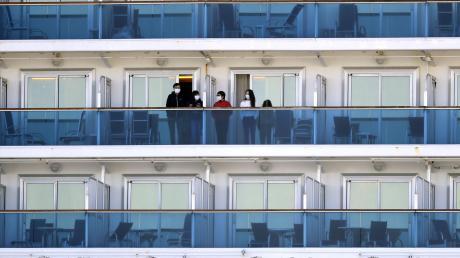 Passagiere auf der Diamond Princess mit Mundschutz. Die verstörende Irrfahrt des Kreuzfahrtschiffes, das von den japanischen Behörden festgesetzt wurde, sorgte im Februar für Schlagzeilen.