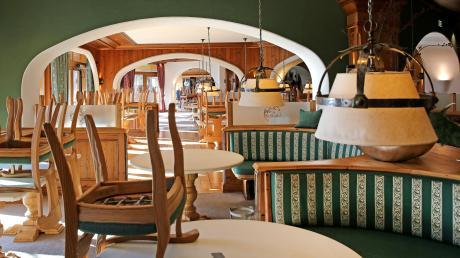 Monatelang war das Luxus-Resort Sonnenalp in Ofterschwang geschlossen. Im Restaurant wurden die Stühle auf die tische gestellt. Jetzt sind wieder Gäste da.