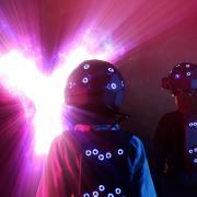 Sieht so das Vergnügen der Zukunft aus? Ausgestattet mit einer VR-Brille und Sensoren auf den Anzügen können Besucherinnen und Besucher des Europa-Parks in Rust neue Abenteuer erleben.