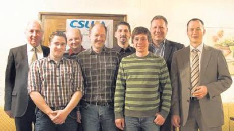 Max Strehle (rechts im Bild) mit dem neu gewählten Vorstand der CSU Großaitingen, der auch weiterhin von Klemens Hutter (rechts) angeführt wird.