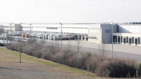 Das Aldi-Logistikzentrum liegt direkt an der B 17 auf der Flur von Kleinaitingen. Nun soll offenbar ein weiteres Logistikzentrum aufs Lechfeld kommen. Der Online-Versandhandel Amazon will sich in Graben ansiedeln.
