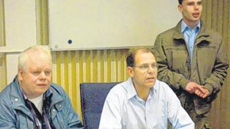 Jockl Schulze (rechts) und sein Kollege Walter Forrer (links) stellten Bürgermeister Andreas Scharf und dem Gemeinderat den Sender vor.