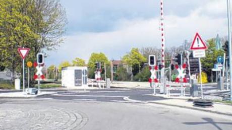 """Nach dem Umbau der Bahnanlage in Lagerlechfeld wurde die Vorfahrtsregelung geändert. Fahrzeuge, die über den Bahnübergang in den Kreisverkehr reinfahren, haben nun Vorfahrt. Diesen """"katastrophalen Zustand"""" will die Gemeinde Graben nicht akzeptieren und pocht auf die bisherige Regelung."""