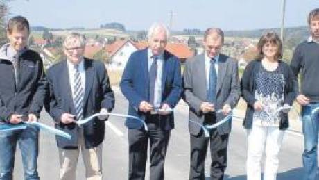 Johannes Fischer, Franz Xaver Meitinger, Max Strehle, Michael Kordon, Olga Hulm und Tobias Mayer (von links) machen symbolisch den Weg frei.