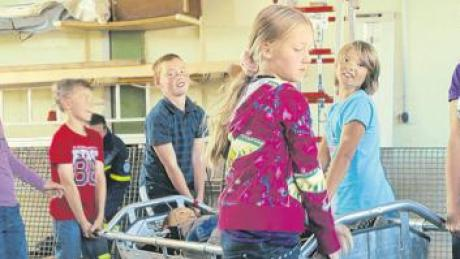 Bei einer kleinen Rettungsaktion lernten die Kinder den fachgerechten Transport der verletzten Person.