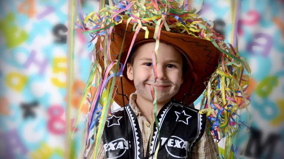 Spielzeug Waffen Fasching Im Kindergarten Kleiner Cowboy Aber