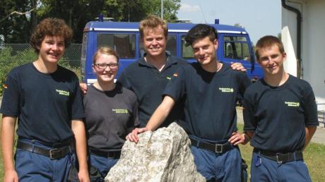 Vier neue Helfer werden das THW Schwabmünchen verstärken: (von links) Max Müller, Debora Glaisner, Ausbildungsleiter Konstantin Wamser, Julian Hemeter und Patrick Röder.