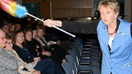 Als Sicherheitsbeauftragte der Kanzlerin prüfte Marianne Schätzle mit ihrer getarnten Kamera im Staubwedel die Zuschauer.