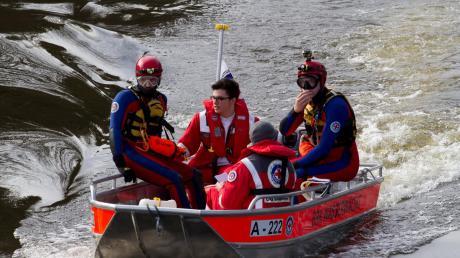 Regelmäßig üben die Mitglieder der Bobinger Wasserwacht die Rettung aus Seen und Flüssen.