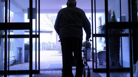 Schutz bedeutet für viele ältere Menschen im Landkreis Augsburg in der aktuellen Situation auch Einsamkeit. Senioren, die in Heimen leben, trifft es besonders hart.