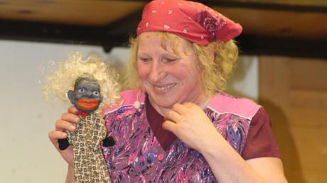 Auch Putzfrau Rosa Beutel, gespielt von Gisela Appel, ist beim Starkbierfest in Scherstetten dabei.