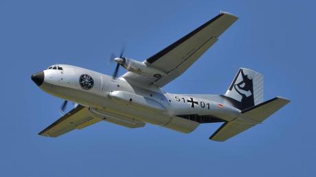 """Die Transall C-160 in der Sonderlackierung """"Silberne Gams 51-1"""" startete anlässlich des Jubiläums 60 Jahre LTG 61 und dem Tag der Bundeswehr auf dem Fliegerhorst Penzing. Am 28. September 2017 war der sogenannte """"Fly-Out""""."""