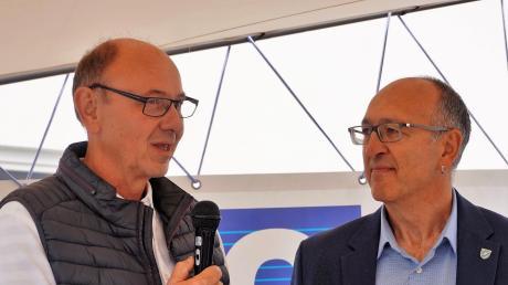 Hans-Günter Claußen (links) bedankte sich bei Bürgermeister Erwin Goßner für die freundliche Aufnahme in Großaitingen.