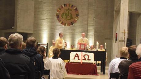 Dekan Thomas Rauch ging mit Pfarrer Leumann die wichtigsten Orte der Kirche ab, wie hier den Altar.