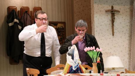 An das bittersüße Leben der Reichen müssen sich die Freunde Manfred und Max alias Matthias Deschler (links) und Armin Kraus noch gewöhnen.