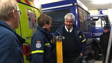 Zugführer Leo Wieser (Zweiter von links) erklärt THW-Präsident Albrecht Broemme (rechts) die neue Ausstattung zur Gebäudesicherung und Abstützung.