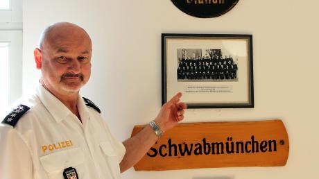 Der stellvertretende Inspektionsleiter Robert Künzel in neu in Schwabmünchen, hat aber direkt familiären Anschluss gefunden. Auf dem Foto im Flur des Polizeigebäudes ist unter anderem sein Stiefvater zu sehen.