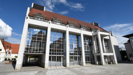 1993 wurde das Gersthofer Rathaus eingeweiht, 1999 beschloss der Stadtrat hier nach der Idee von CSU-Bürgermeister Siegfried Deffner, jedem Bürger 100 Mark zu schenken.