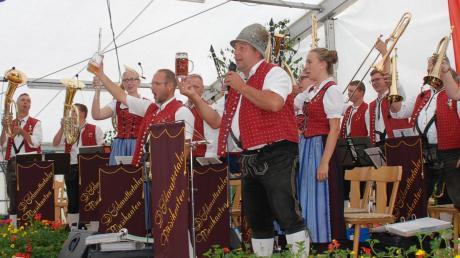 Zum Frühschoppen im voll besetzten Festzelt spielten am Sonntag die Schmuttertaler Musikanten aus Mickhausen.