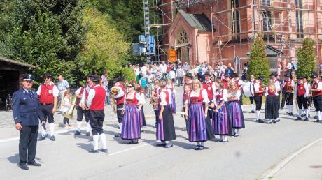 Nach dem Gottesdienst formierte sich der Festzug, angeführt von der Musikkapelle.