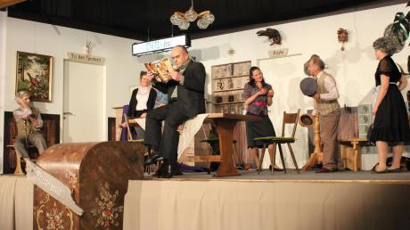 """Das Schlussbild der Komödie """"Pension Pleitegeier"""": (von links) Michael Brzeski, Tamara Prade, Wolfgang Rueß (verdeckt), Rupert Fiehl, Marion Fleischer, Hubert Voth und Marietta Turner."""
