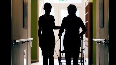 In Augsburger Pflege- und Altenheimen gilt jetzt ein Betretungsverbot für Besucher.