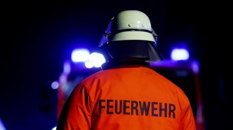 In Obergünzburg im Ostallgäu hat am Samstagabend ein Rinderstall gebrannt. Dabei entstand ein Schaden von rund 250.000 Euro. Zwei Menschen wurden leicht verletzt.