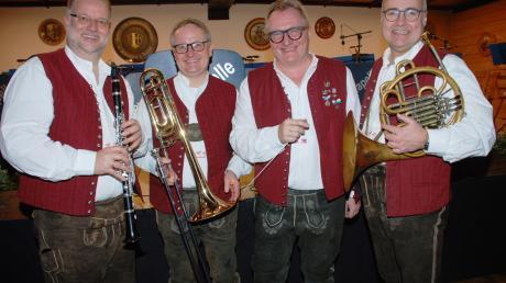 Mit seinen musikalischen Freunden Christoph Windisch, Clemens Bäßler (von links) und Harald Maier (rechts) feierte Christoph Reiter sein Silberjubiläum am Dirigentenpult der Blaskapelle Scherstetten.