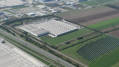 In Kleinaitingen gibt es derzeit drei Solarparks, einer davon befindet sich unmittelbar neben dem Aldi-Logistikzentrum (Bildmitte) an der B17.