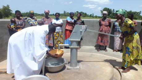 """So sehen die Brunnen aus, die der Verein """"KfBiA – Königsbrunn fördert Brunnenbau in Afrika"""" unterstützt."""