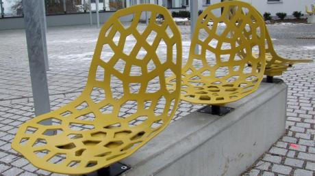 Die knallgelben Drehsitze verbinden Design und Funktion. In ihnen ist das Bewegungselement Dondola integriert. Damit hat der Dorfplatz eine Gemeinsamkeit mit der Elbphilharmonie in Hamburg.