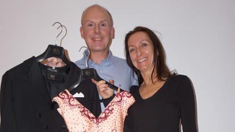 Schöne Kleider gehören dazu: Petra Krist mit einem ihrer Tanzkleider, und ihr Mann Michael Krist trägt Frack. Die Outfits sind maßgeschneidert. Foto: Claudia Deeney