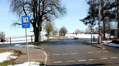 An der Überquerung der Untermeitinger Straße zum Sportplatz sichert ein Verkehrshelfer die Fußgängerfurt ab. Zudem besteht eine Geschwindigkeitsbegrenzung von 30 km/h.