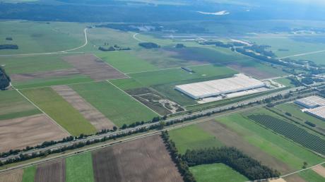 In Kleinaitingen wurde über ein mögliches Logistik- und Umschlagzentrum von MAN Energy Solutions nördlich – im Bild also links – des bestehenden BMW-Distributionszentrums (rechte Bildhälfte) direkt an der B17 diskutiert. Doch der Gemeinderat hat sich mit großer Mehrheit gegen die Bauvoranfrage ausgesprochen.