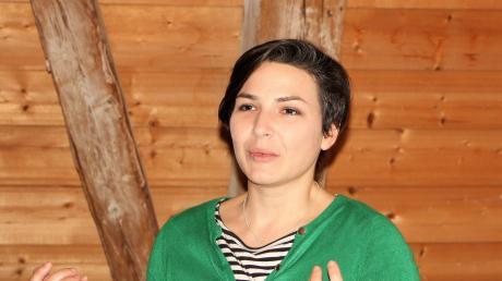 Soziologin Laura Eder spricht bei der Auftaktveranstaltung der Nachbarschaftshilfe.