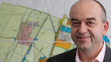 Kleinaitingens Bürgermeister Rupert Fiehl spricht über die Pläne der Gemeinde. Im Hintergrund ist der derzeit gültige Flächennutzungsplan, dessen angedachte Änderung im vergangenen Jahr für viele Diskussionen sorgte.