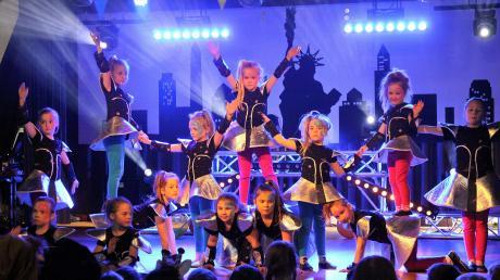 """Die Minigarde des Mittelstetters Faschingsclubs erfreute die kleinen und großen Besucher mit ihrem """"intergalaktischen"""" Showtanz."""