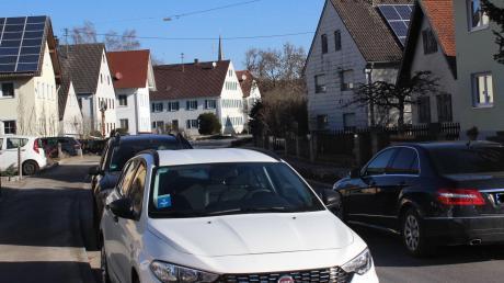 Zu schnelle Autofahrer und parkende Fahrzeuge am Fahrbahnrand der Hauptstraße sorgen in Kleinaitingen für Unmut.