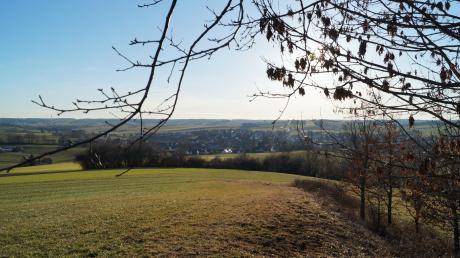 An dieser Stelle zwischen dem vorhandenen Baumbestand auf dem Hügel östlich von Mittelneufnach soll ein Mobilfunkmast errichtet werden. Die Reichweite wäre hier sehr gut, wie der Fernblick zeigt.