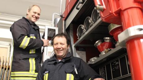 Feuerwehrkommandant Thomas Heider (links) und sein Stellvertreter Alois Schweinberger treten nach 18 Jahren nicht mehr für ihre bisherigen Ämter an. Zufrieden blicken die beiden Kleinaitinger auf ihre lange Amtszeit zurück.