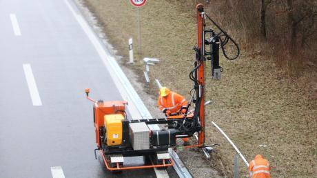 An der B17 auf Höhe der Ulrichkaserne wird zwischen Straße und Radweg eine Leitplanke errichtet.