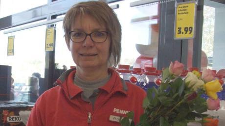 Die Leiterin der Filiale in Mittelneufnach Ulrike Schmid empfing die ersten Kunden im Penny-Markt mit einem frohen Blumengruß.