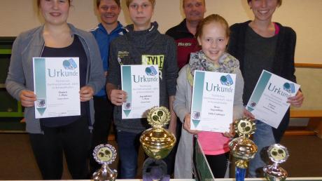 Die erfolgreichsten Akteure bei der 32. Konradshofer Tischtennis-Dorfmeisterschaft waren von links Chiara Bravi, Dominik Kuhn, Fabian Kohler, Stephan Knöpfle, Julia Gattinger und Bernadette Kormann.