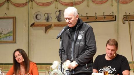 Siegfried Sandner (Mitte) war bei seinen witzigen Vorträgen bei der schwäbischen Witzemeisterschaft in Schwabmünchen ganz ruhig. Nun möchte der Obermeitinger auch bayernweit gewinnen.