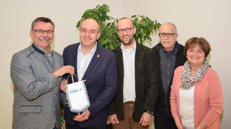 Gerhard Mößner (von links) übergibt das Wappen des CSU-Ortsverbandes an seinen Nachfolger Rupert Fiehl. Die Vorstandsmitglieder Andreas Reiter (Stellvertreter), Klaus Kruis (Schatzmeister) und Anita Kistler freuen sich mit dem neuen Vorsitzenden