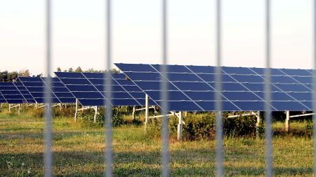 Große Photovoltaikanlagen, wie diese hier auf dem Lechfeld, werden von einem Zaun begrenzt, der aus versicherungstechnischen Gründen mit einem Übersteigschutz versehen ist. Bei dem neuen Solarpark in Kleinaitingen soll dafür kein Stacheldraht verwendet werden.