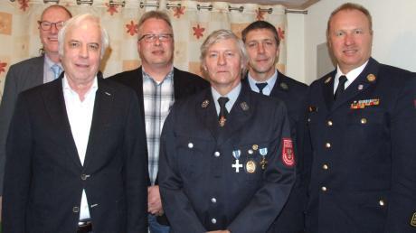 Große Auszeichnung für Walter Knoll (vorn links) und Alfred Reithmeier (vorn rechts). Gratulanten sind (von links) Josef Böck, Klaus Bronner, Klaus Brecheisen und Günter Litzel.